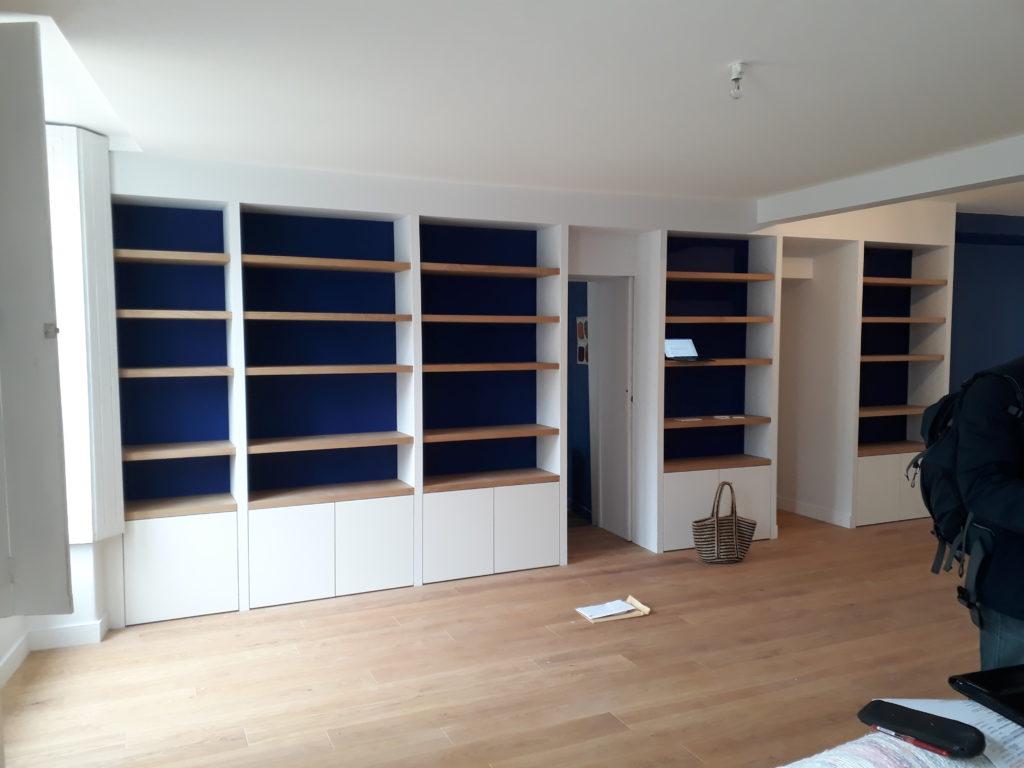 bibliotheque dans un appartement renove le lann architecture